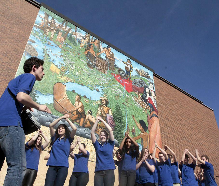 La-chorale-devant-la-murale.jpg